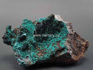 brochantit + malachit + kuprit, goethit