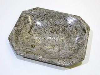 vápenec s fosíliemi + hranatý talířek